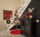 Árvore de Natal alpina pela escadaria fotografia de stock