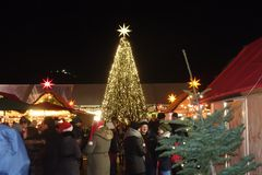 Árvore de Natal amarela no mercado do Natal fotografia de stock royalty free