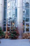 Árvore de Natal ao lado de uma coluna com um indicador de sentido, Budapest, Hungria fotos de stock royalty free