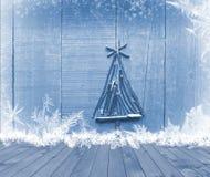 A árvore de Natal arranjou das varas na tabela de madeira vazia da plataforma no fundo azul sparkly Apronte para o montagem da ex Imagens de Stock