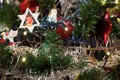 Árvore de Natal artificial decorada com o anjo branco de madeira que joga o cilindro fotos de stock