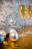 Árvore de Natal, balões do brinquedo e vidros do vinho imagens de stock royalty free