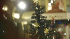 Árvore de Natal belamente decorada video estoque