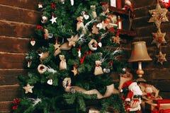 Árvore de Natal belamente decorada Fotos de Stock