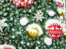 Árvore de Natal belamente decorada com tampa de neve completa Fotos de Stock