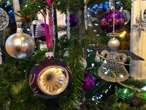 Árvore de Natal belamente decorada na noite foto de stock royalty free