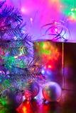 A árvore de Natal, bolas, caixa, iluminou-se por luzes feericamente imagem de stock royalty free