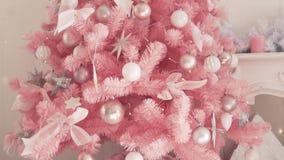Árvore de Natal bonita à moda Vestido acima como de um desenhista filme