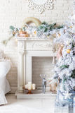 Árvore de Natal brilhantemente iluminada com lotes dos presentes Fotografia de Stock