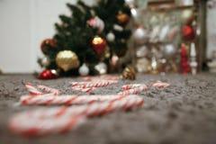 Árvore de Natal caída e um caminho de bastões de doces Imagens de Stock Royalty Free