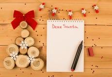 A árvore de Natal, caderno, ouropel, vermelho sentiu a pena fotografia de stock