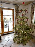 Árvore de Natal cansado mas bonita foto de stock royalty free
