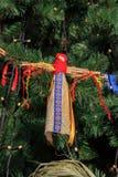 Árvore de Natal coberto de neve decorada com brinquedos de pano Imagens de Stock