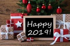 A árvore de Natal colorida com presentes vermelhos, Text 2019 feliz fotos de stock