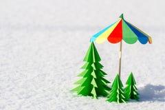 Árvore de Natal colorida fora do papel na neve Fotos de Stock