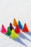 Árvore de Natal colorida fora do papel na neve Imagens de Stock
