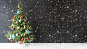 Árvore de Natal colorida, neve, espaço da cópia, flocos de neve fotografia de stock royalty free