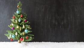 Árvore de Natal colorida, neve, espaço da cópia para a propaganda foto de stock