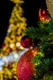 Árvore de Natal com as bolas coloridas como ornamento do Natal durante o Natal e o festival do ano novo Fotos de Stock Royalty Free