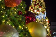 Árvore de Natal com as bolas coloridas como ornamento do Natal durante o Natal e o festival do ano novo Imagem de Stock