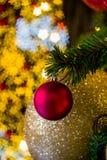Árvore de Natal com as bolas coloridas como ornamento do Natal durante o Natal e o festival do ano novo Fotografia de Stock Royalty Free