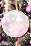 Árvore de Natal com as bolas roxas obscuras, espaço da cópia, flocos de neve fotografia de stock royalty free