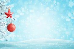 Árvore de Natal com as decorações com fundo azul com flocos de neve fotos de stock