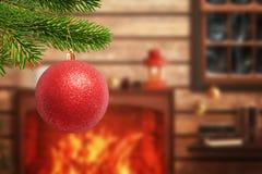 Árvore de Natal com a bola vermelha decorativa no primeiro plano foto de stock