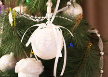 Árvore de Natal com bolas elegantes Foto de Stock