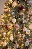 Árvore de Natal com brinquedos cor-de-rosa fotos de stock