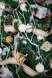 Árvore de Natal com brinquedos e decorações no design de interiores Fotografia de Stock Royalty Free