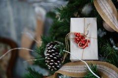 Árvore de Natal com brinquedos e decorações no design de interiores Imagens de Stock Royalty Free