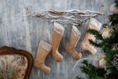 Árvore de Natal com brinquedos e decorações no design de interiores Imagem de Stock