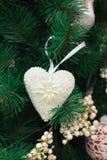 Árvore de Natal com coração branco e os ornamento dourados Imagem de Stock Royalty Free