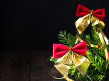 Árvore de Natal com curvas vermelhas, decoração do Natal do feriado de inverno de dezembro Foto de Stock