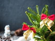 Árvore de Natal com curvas vermelhas, decoração do Natal do feriado de inverno de dezembro Imagem de Stock