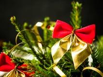 Árvore de Natal com curvas vermelhas, decoração do Natal do feriado de inverno de dezembro Fotografia de Stock Royalty Free