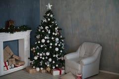 Árvore de Natal com a decoração do ano novo dos presentes Fotografia de Stock