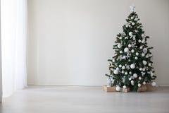Árvore de Natal com a decoração do ano novo dos presentes Fotografia de Stock Royalty Free