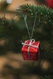 Árvore de Natal com decoração vermelha Fotos de Stock