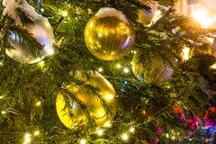 Árvore de Natal com decorações e brinquedos de Cristmas Imagem de Stock