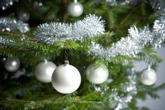 Árvore de Natal com esferas e correntes Imagens de Stock Royalty Free