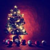 Árvore de Natal com exposição longa das luzes e dos ornamento imagens de stock royalty free