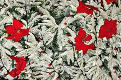 Árvore de Natal com flores vermelhas Fotos de Stock