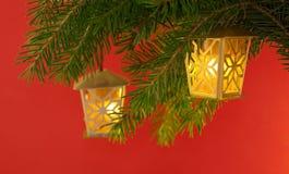 Árvore de Natal com lanternas elétricas fotos de stock