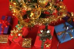 Árvore de Natal com lotes de presentes envolvidos Foto de Stock Royalty Free