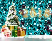 Árvore de Natal com lotes dos presentes para o fundo Fotos de Stock