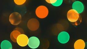 Árvore de Natal com luzes coloridas do bokeh e de Natal Decoração do Natal e do ano novo Feriado abstrato do bokeh filme