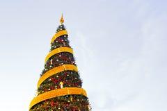 Árvore de Natal com o ornamento das fitas com cópia-espaço Imagens de Stock