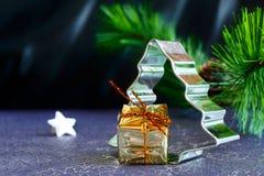 Árvore de Natal com o presente e a estrela Foto de Stock Royalty Free